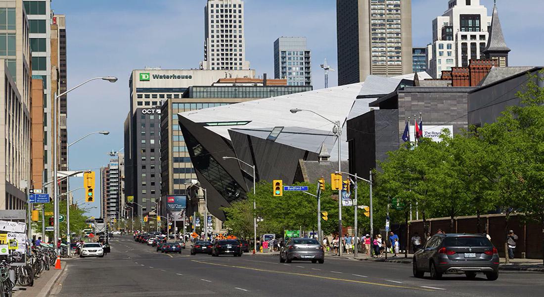 Блур-стрит — главная торговая улица города.