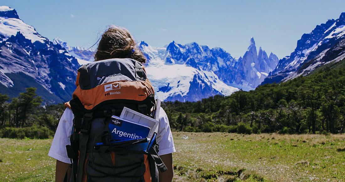 Путешественник с путеводителем Lonely Planet в Патагонии